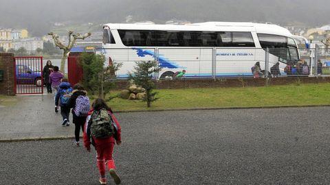Imagen de archivo de un grupo de alumnos subiendo al autobús escolar