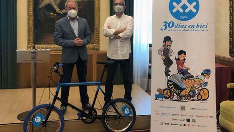 Carlos Rodríguez y Aurelio Martín, en la presentación de 30 días en Bici, protegidos con sus mascarillas