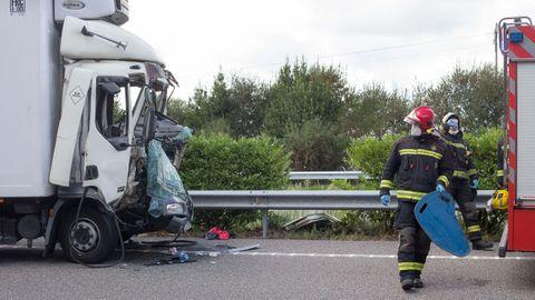 Personal del parque de bomberos chairego, trabajando en el lugar del accidente