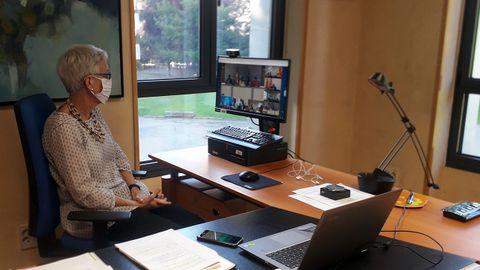 La consejera de Educación, Carmen Suárez, en la sede de la consejería durante la videoconferencia sectorial