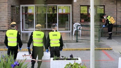 Militares desinfectando una residencia de Lugo durante el Estado de Alarma