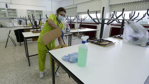 Labores de limpieza y desinfección por el covid-19 en el IES Ánxel Casal para el regreso a las aulas
