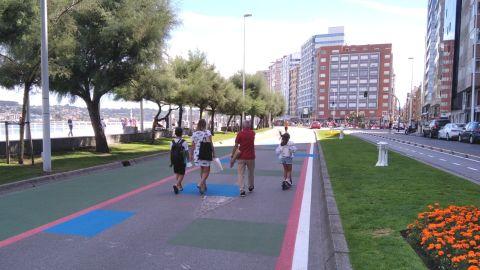Paseantes por la nueva zona peatonal habilitada de manera provisional en la calzada del Muro de San Lorenzo