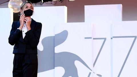 La actriz italiana Anna Foglietta, ayer en la Mostra de Venecia, donde ejerce este miércoles como presentadora de la ceremonia de apertura del certamen