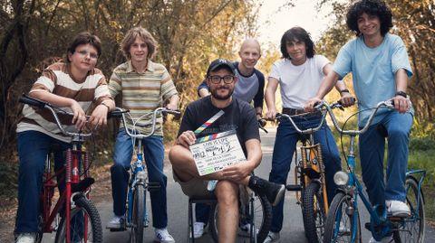 Dani de la Torre, con los cinco jóvenes protagonistas de su nueva película