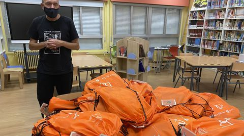 Xoaquín Freixeiro, coas mochilas viaxeiras da biblioteca