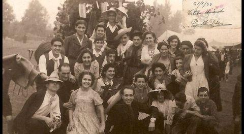 La lluvia, habitual en esta romeria, no amilanó a estos asistentes al San Mateo, en septiembre de 1944