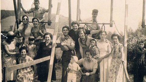 Participantes en la romería de San Mateo posan junto a una de las antiguas atracciones