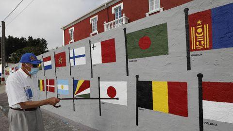 Capitán jubilado de la marina mercante, José Montero muestra con su bastón las banderas que decoran el muro de su finca, ubicada en una fábrica de salazón que data de1799