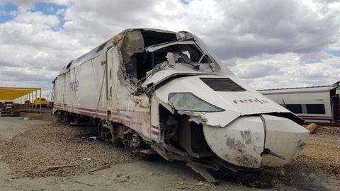 Estado en el que quedó la cabeza motriz del Alvia tras ser puesta de nuevo en pie por una grúa después del accidente