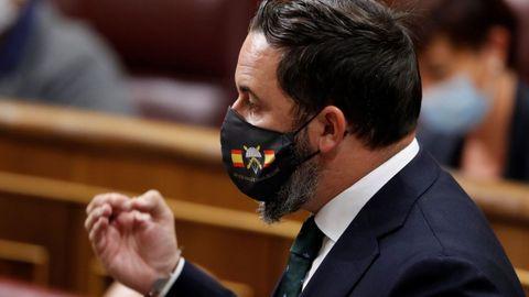 El líder de Vox, Santiago Abascal con una mascarilla en la que se puede leer: «Si vis pacem para bellum» (Si quieres paz prepárate para la guerra) durante la sesión de control al Gobierno en el Congreso