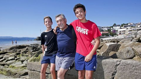 El exalcalde, entre sus dos nietos, en la playa de Covelo