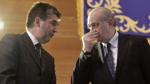 Ignacio Cosidó, entonces director general de la Policía, charla con Jorge Fernández Díaz en un acto en el Ministerio del Interior en febrero del 2014
