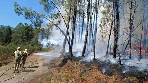 Los bomberos forestales utilizaron las pistas del monte comunal de A Ermida para contener el fuego