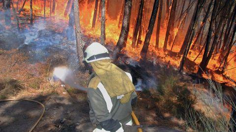 Un integrante de la brigada contraincendios forestales de Samos, este viernes en el monte de A Ermida