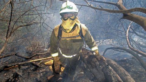 Los bomberos forestales tuvieron que trabajar en zonas en pendiente y de acceso complicado. En la foto, un integrante de la birigada contraincendios de Quiroga