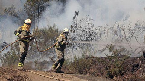 Una brigada forestal de Samos participó el viernes por la mañana en el trabajo de extinción de este incendio