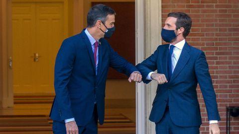 El presidente del Gobierno, Pedro Sánchez, y el líder del PP, Pablo Casado, se saludan con el codo antes de una reunión en la Moncloa  el pasado mes de septiembre