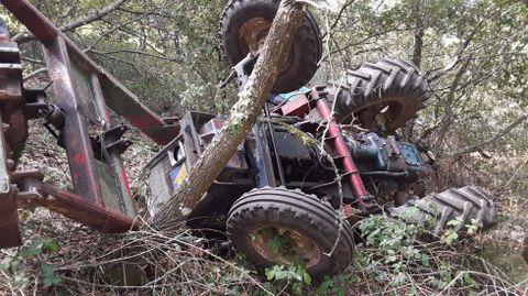 El tractor volcó en un terreno en pendiente, a unos cincuenta metros de las casas de Xullán