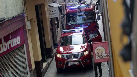 Los bomberos se subieron al techo de su camión para entrar en la casa por una ventana