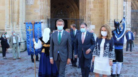 Alberto Núñez Feijoo, Alfredo Canteli y Teresa Mallada, durante la celebración del Día de Galicia en Asturias, en Oviedo