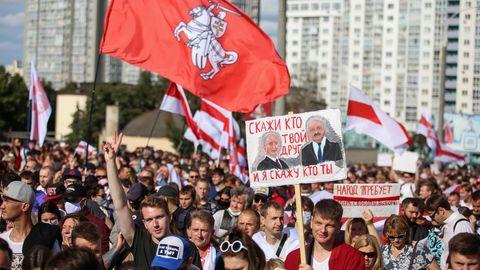Decenas de miles de manifestantes avanzaron pacíficamente este domingo hacia el centro de Minsk en una nueva marcha de protesta contra Lukashenko