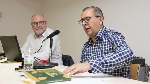 Xosé Maria Lema, á dereita, na presentacion do seu libro sobre Perfecto López. Ano 2018