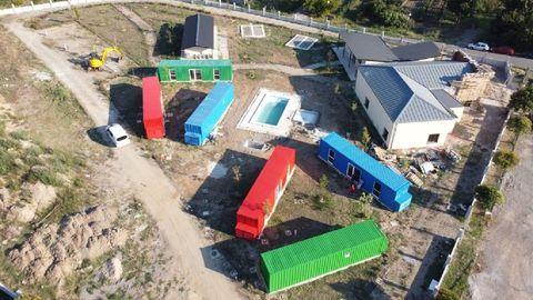 Seis de los ocho bungalós que tendrá el cámping ya están colocados en el terreno