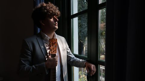 Samuel Diz, na Huerta de San Vicente, en Granada, na casa museo de Lorca, coa guitarra orixinal do poeta