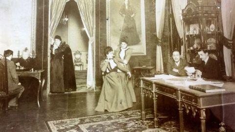 Imagen de la condesa de Pardo Bazán, con su familia, en las torres de Meirás