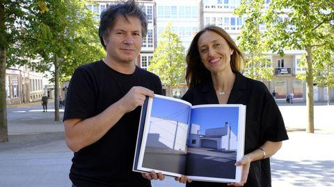 Los dos autores, con el libro que ha sido seleccionado en el certamen de PhotoEspaña