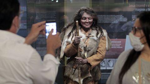 Recreación a tamaño de la mujer prehistórica Elba en el museo geológico de Quiroga