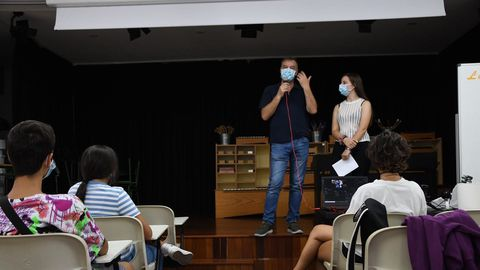 Pedro Rascado, que estuvo acompañado por su hija, ofreció una charla a los alumnos del IES David Buján de Cambre que este fin de semana participan en la feria Open Science