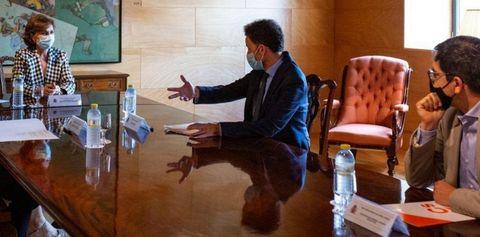 La vicepresidenta primera, Carmen Calvo, con el portavoz adjunto de Cs Edmundo Bal y el secretario general del grupo, José María Espejo-Saavedra