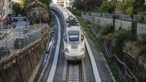 Un Alvia circulando por el tramo adaptado para la alta velocidad en Ourense