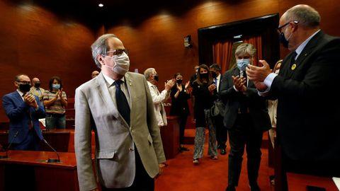 Quim Torra es aplaudido por sus compañeros a su llegada hoy a la reunión que ha mantenido el grupo parlamentario de JxCat en el Parlament