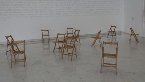 La pieza «Walk the Bastards» consigue que el público cree pequeñas coreografías al leer el texto de las sillas