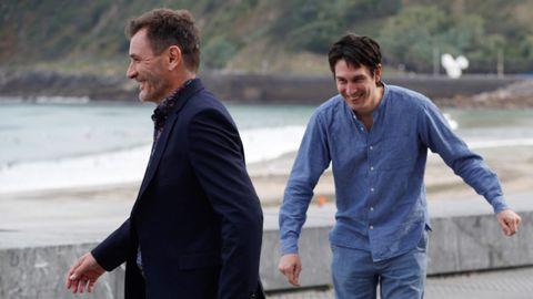 El actor Àlex Brendemühl y el realizador Pablo Agüero bromean en el paseo de La Concha durante la presentación del filme «Akelarre»