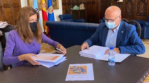 El presidente de la Diputación, José Manuel Baltar, y Carmen Pardo, la consultora encargada de redactar el proyecto