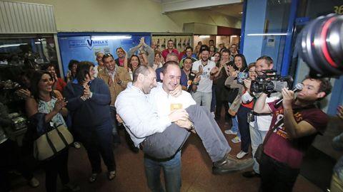 Telmo Ucha (que tendría que entrar en el Concello en sustitución del concejal de Cultura, que dimitió) coge en brazos a Jácome tras sus buenos resultados del 2015