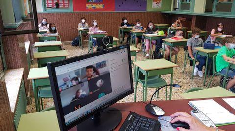 Una clase híbrida (presencial y telemática para los niños con cuarentena) se celebró en muchos centros gallegos -en la imagen, el colegio Maristas de Ourense- mientras la actividad lectiva siguió como siempre incluso en el aula donde se detectó un positivo