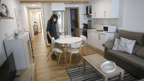 Marta Saavedra, de la inmobiliaria Artemisa, en el interior de una vivienda reformada