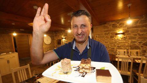 Paco Cousillas, de As Pías, con algunos de los postres del restaurante
