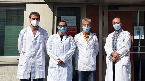 Odei Castro y Silvia Hernández, los nuevos MIR, a la entrada del centro de salud de Monforte. A la derecha, los médicos Rosendo Bugarín y Antonio Rodríguez, que ejercen como sus tutores