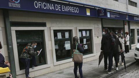 Colas en una oficina de empleo de A Coruña