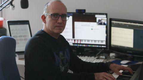 Rafael Pérez imparte clases telemáticas de piano y francés desde su casa en A Coruña