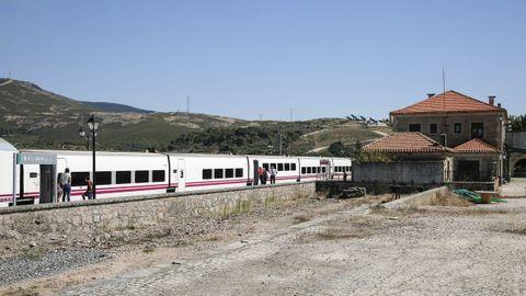 Tren parado en la estacion de A Gudiña