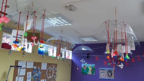 En el CRA Nosa Señora do Faro, en Ponteceso, se ha retirado toda la decoración del aula y solo han quedado unos paraguas colgados del techo donde se exponen los trabajos de cada alumno. Decorados con flores de papel y tiras de lana, con las ventanas abiertas (para airear) las piezas se mueven, dando lugar a juegos para los niños