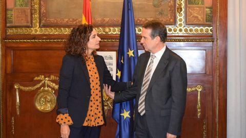 La ministra de Hacienda, María Jesús Montero, y el presidente de la FEMP y alcalde de Vigo, Abel Caballero