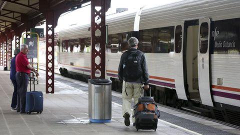Pasajeros en la estación de tren de Ferrol en una imagen de archivo